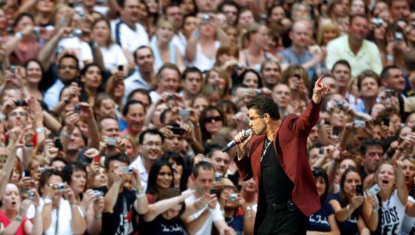 Британский певец Джордж Майкл во время концерта в Лондоне. 2007 год
