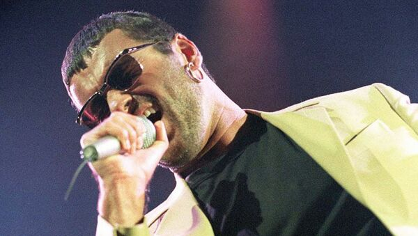 Британский певец Джордж Майкл во время концерта. 1991 год