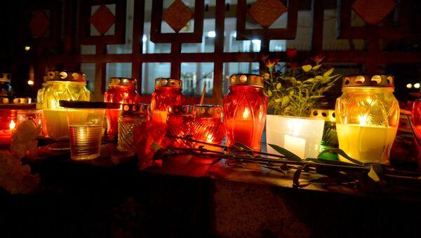 К зданию посольства Российской Федерации в Минске люди несут цветы и свечи