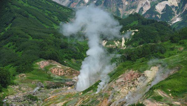 Извержение гейзера Великан в Долине Гейзеров в Кроноцком государственном природном биосферном заповеднике на Камчатке