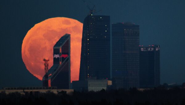 Полнолуние над Московским международным деловым центром Москва-Сити. Архивное фото