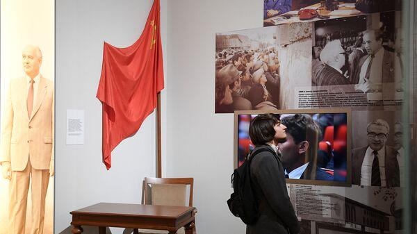 Посетитель на выставке Россия. XXI век: вызовы времени и приоритеты развития в Музее современной истории России