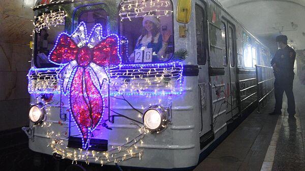 Украшенный гирляндами новогодний поезд Московского метрополитена