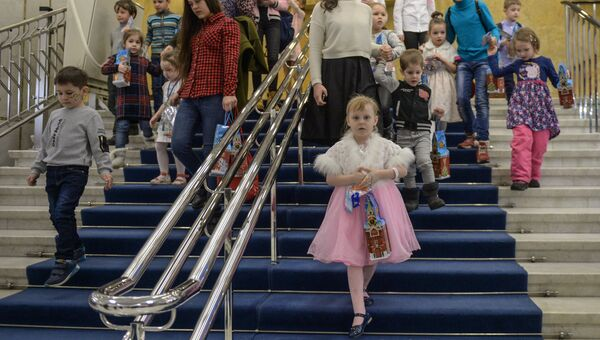 Дети после окончания новогоднего представления в Государственном Кремлевском дворце в Москве
