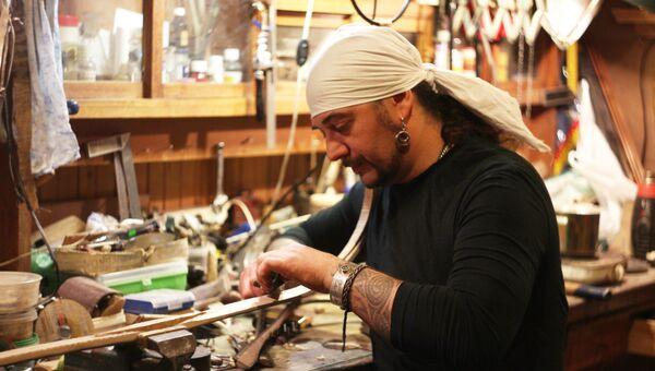 Мариан Калдарару во время работы над луком. Архив