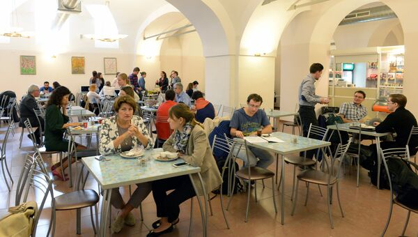Студенты в столовой. Архивное фото