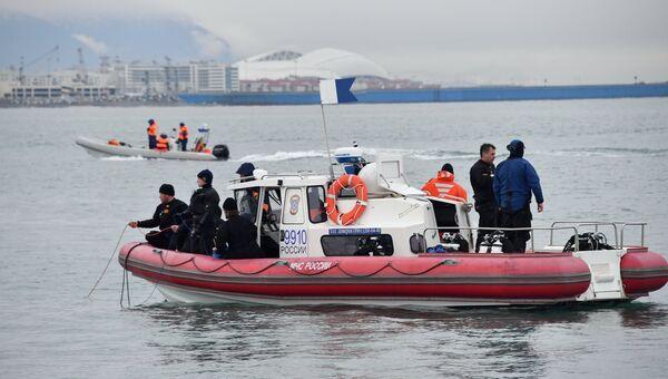 Сотрудники МЧС РФ во время поисковых работ в районе крушения самолета Минобороны РФ Ту-154 у берегов Сочи