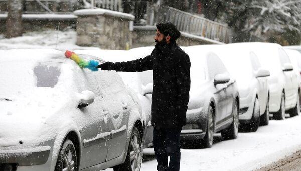 Мужчина чистит машину от снега в Турции. Архивное фото