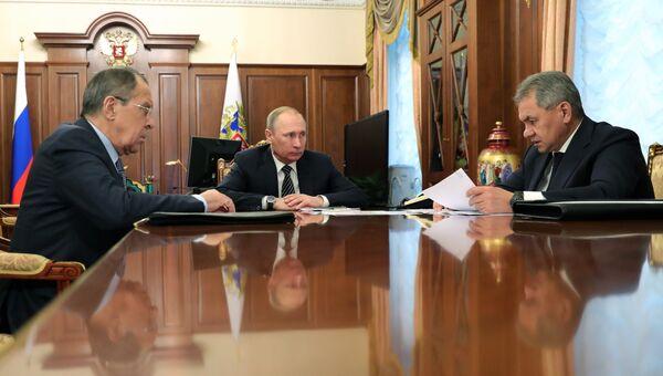 Владимир Путин, Сергей Шойгу и Сергей Лавров во время встречи в Кремле. 29 декабря 2016