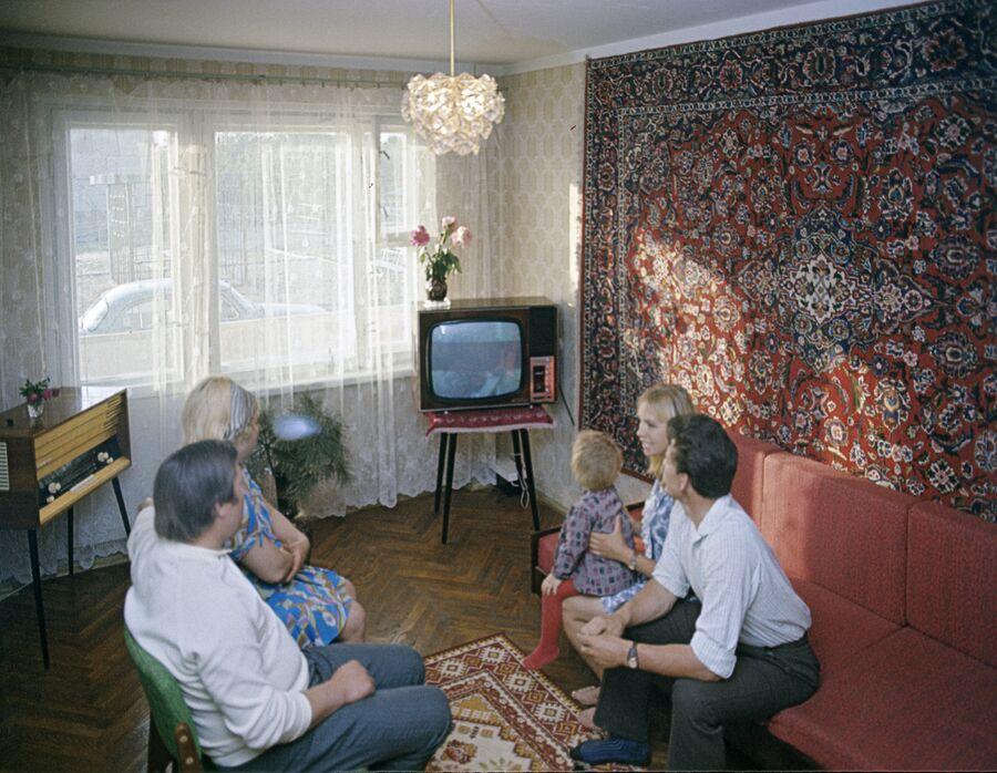 Доярка Тамара Леонова с семьей у себя дома. Колхоз имени Урицкого, Гомельского района