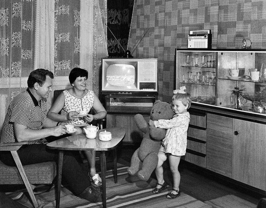 Старший мастер цеха запасных частей предприятия Стройгидравлика Александр Родичев с женой Валентиной и дочкой Оксаной