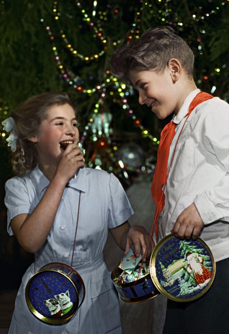 Дети рассматривают подарки на Новогодней елке в Московском Кремле