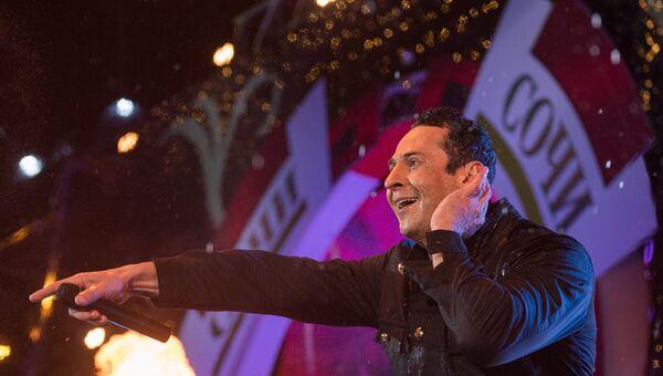 Певец Стас Костюшкин выступает на концерте, посвященном открытию Сочи Казино и Курорт