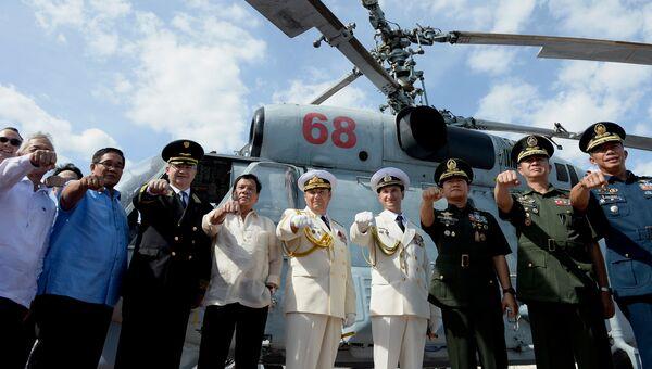 Филиппинский президент Родриго Дутерте с послом РФ в Маниле и российскими и филиппинскими чиновниками на борту БПК Адмирал Трибуц, 6 января 2017