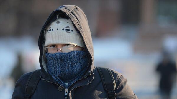 Молодой человек на улице Москвы в морозный день