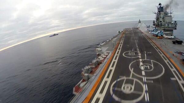 Корабельный истребитель Су-33 ВКС РФ производит посадку на палубу тяжёлого авианесущего крейсера Адмирал Кузнецов