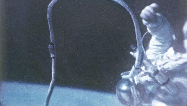 Советский космонавт Алексей Леонов во время выхода в открытый космос