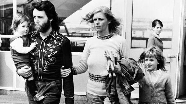 Участник группы The Beatles Пол Маккартни с женой Линдой и их детьми