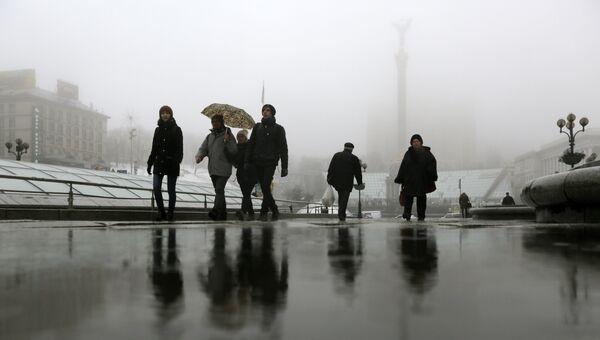 Прохожие на площади Независимости в Киеве, Украина