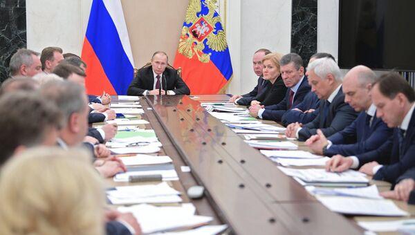 Президент РФ Владимир Путин проводит совещание с членами кабинета министров РФ в Кремле. 11 января 2017