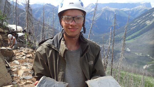 Ученый держит в руках отпечаток ктулху, найденный в национальном парке Кутенай