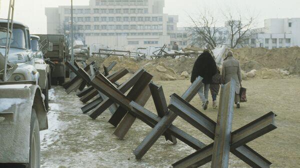 Противотанковые ежи на подходах к зданию парламента в Вильнюсе. 18 января 1991