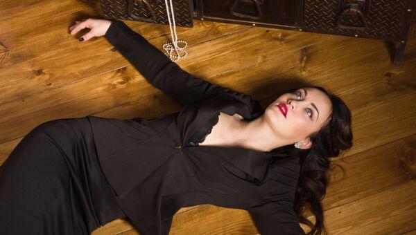 Девушка на полу. Архивное фото