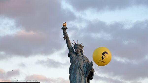 Воздушный шар с фото Сноудена над статуей Свободы в Париже. 13 января 2017