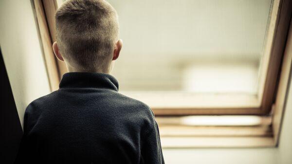 Подросток у окна. Архивное фото
