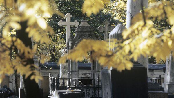 Могильные надгробия в некрополе Александро-Невской Лавры