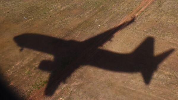 Тень летящего самолет. Архивное фото