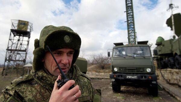 Офицер координирует выдвижение систем С-400 Триумф на позиции
