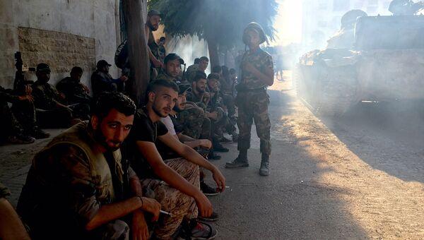 Бойцы сирийской армии во время наступления в районе училища тыла на юго-западе Алеппо. Сирия, 15.08.2016