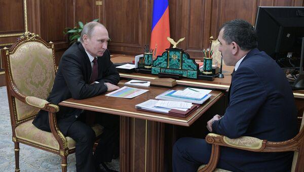 Президент РФ Владимир Путин и глава Ингушетии Юнус-Бек Евкуров во время встречи в Кремле. 16 января 2017