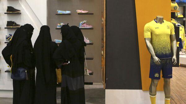 Женщины в торговом центре в столице Саудовской Аравии Эр-Рияде