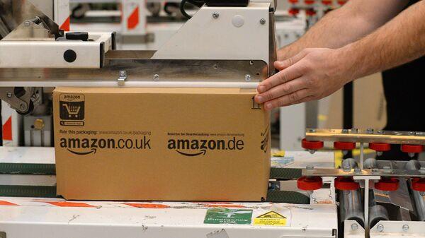 Упаковка товаров на складе компании Amazon. Архивное фото.