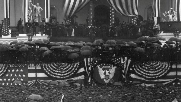 Бенджамин Харрисон принимает присягу, чтобы стать преемником президента Гровера Кливленда, округ Колумбия, США, 1889