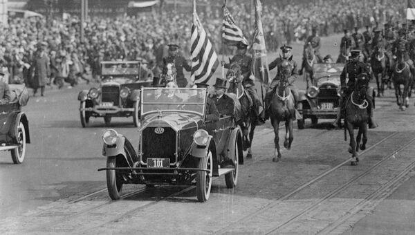 Президент Калвин Кулидж едет в машине во время своего инаугурационного парада в Вашингтоне, округ Колумбия, США, 1925
