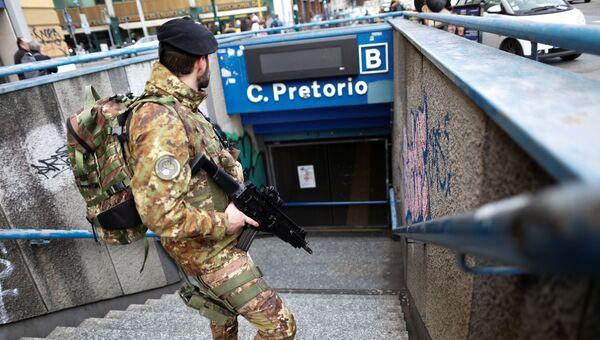 Итальянский военный во время эвакуации станции метро в Риме во время землетрясения. 18 января 2017