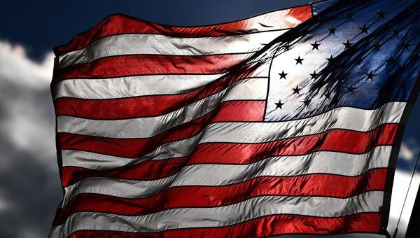 Американский флаг на одной из улиц в Вашингтоне. Архивное фото