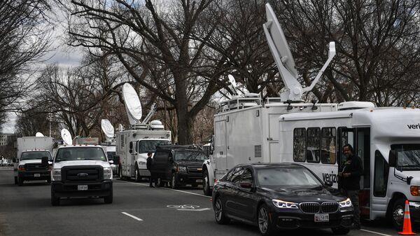 Автомобили телевизионных компаний на Национальной аллее в Вашингтоне