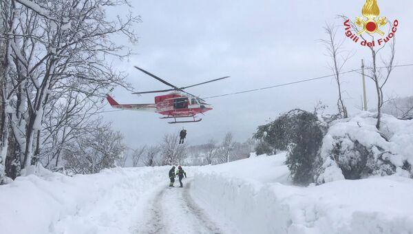 Итальянские спасатели у отеля Rigopiano di Farindola в регионе Абруццо после схода лавины