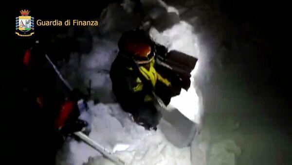 Итальянские спасатели во время поисковой операции в отеле Rigopiano di Farindola после схода лавины