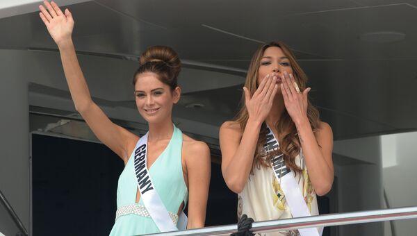 Участница конкурса Мисс Вселенная из Германии Йоханна Акс и участница из Панамы  Кейти Дреннан на борту яхты Счастливая жизнь во время путешествия на пляжный курорт в Маниле, Филиппины