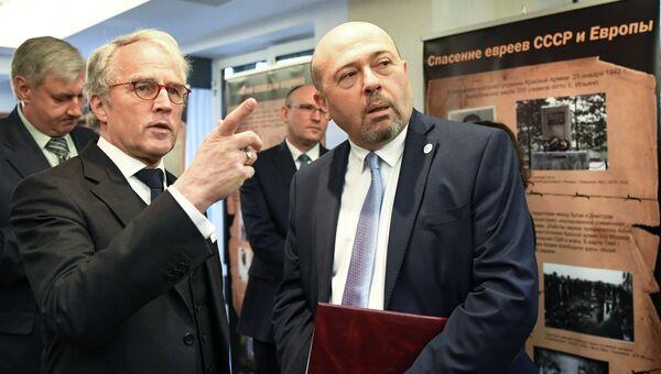 Посол Германии в России Рюдигер фон Фрич и посол Израиля в России Гарри Корен во время открытия выставки Холокост: уничтожение, освобождение, спасение