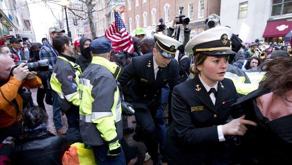 Полиция сдерживает протестующих во время инаугурации 45-го президента США. 20 января 2017 года