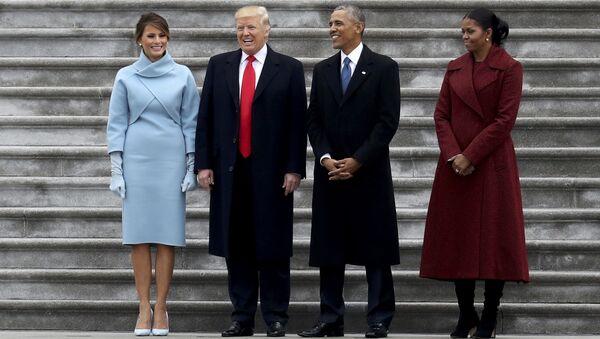 45-й президент США Дональд Трамп и экс-президент страны Барак Обама с супругами стоят на ступенях Капитолия перед отлетом Барака Обамы на военную базу Эндрюс. 20 января 2017 года