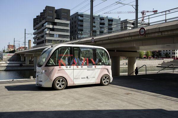 Беспилотный автобус на улице Лиона, Франция