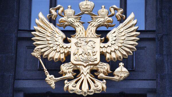 Герб на здании Государственной Думы России. Архивное фото