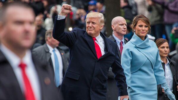 Президент США Дональд Трамп и его супруга Меланья во время парада в честь инаугурации в Вашингтоне